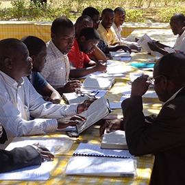 Pastores em grupo de estudo em Moçambique